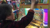重庆一老太每天都要去游戏厅玩老虎机