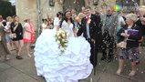 英国新娘奢华婚纱重达127斤 大量水晶珠宝点缀