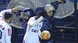 罗比尼奥解放者杯中被打火机击中痛苦倒地