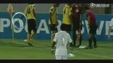 视频:惊魂!球迷扔炸弹 球员扔出2秒后爆炸