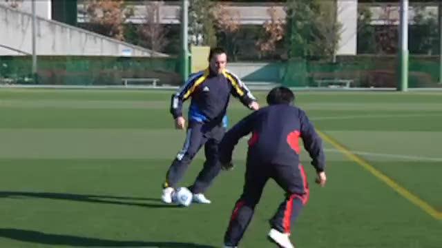 视频:汤姆足球训练脚弓出球外脚背拨球变向