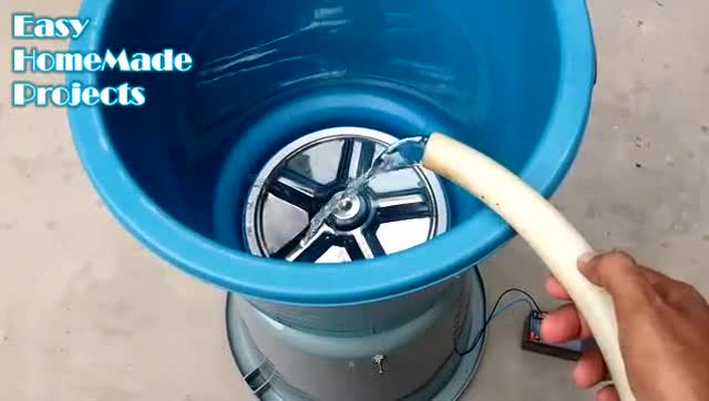 不用在买洗衣机,在家水桶也能做成洗衣机