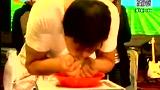 男子吃葡萄不吐葡萄皮 30秒吃一斤夺冠
