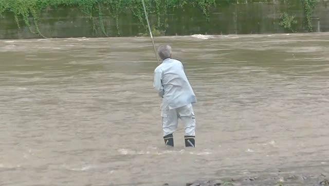 发大水也钓鱼,要注意安全啊大爷