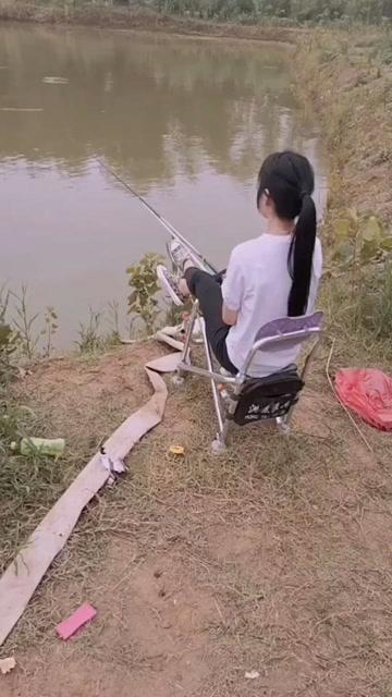 小小年纪就休闲放松,也就钓钓鱼