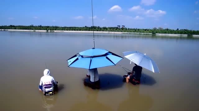 野钓贾鲁河坐在水中垂钓,真是好玩