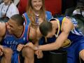 保罗一个上篮失误,库里和韦少在场边笑得坐不住了;