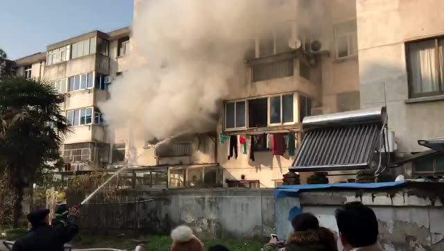 海安新宁小区一老房子着火,现场浓烟滚滚!