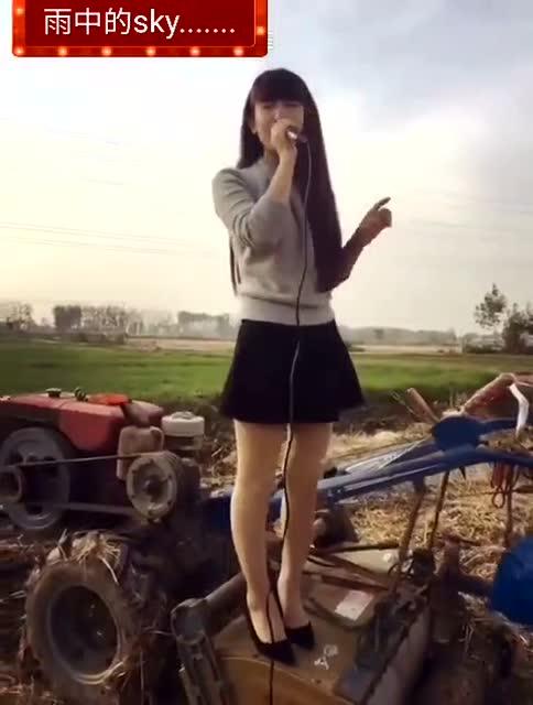 小媳妇三级片_农村小媳妇在田间演唱,真好听