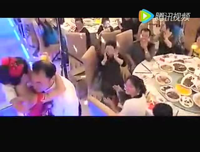 视频公公日媳妇_公公摸儿媳妇的屁股 算不算性骚扰