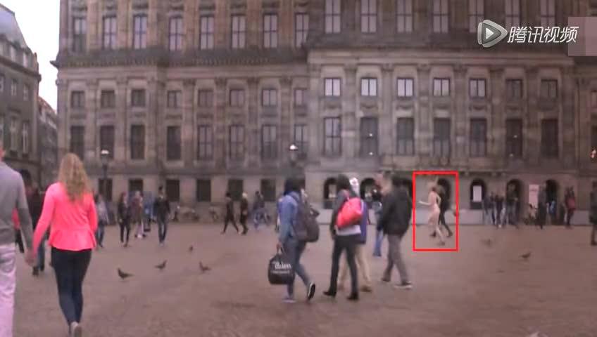 英国伦敦裸跑_荷兰女大学生街头裸跑 一丝不挂为赚学费