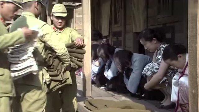 日本女人掰逼_日本鬼子逼着女学生做慰安妇