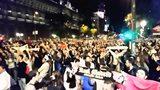 球迷齐聚马德里丰收女神广场高歌 兴奋等待皇马球员凯旋