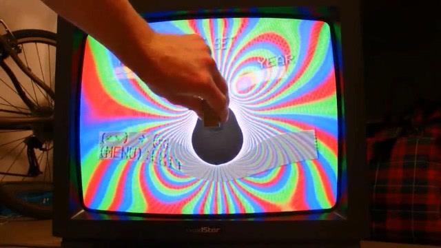 用磁铁干扰CRT电视,结果会发生什么?