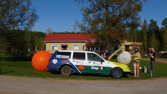 汽车能产生多少尾气?将气球接在排气管测试一下