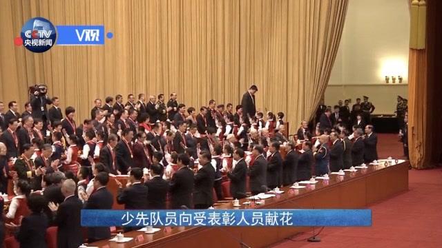 不寻常一幕!党和国家领导人集体转身,向他们祝贺